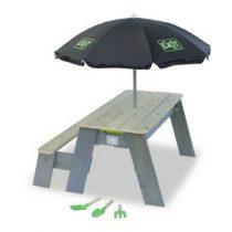 Exit zand en watertafel met parasol en tuingereedschap
